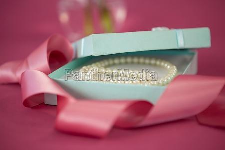 perlenkette in geoeffneter geschenkbox