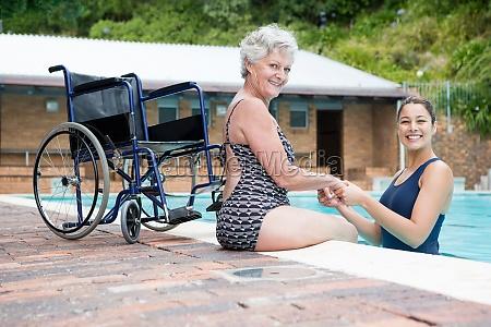 weibliche trainer und aeltere frau laechelnd