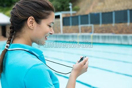 schwimmen sie trainer der stoppuhr nahe