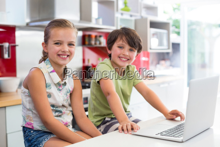 haus gebaeude laptop notebook computer lachen