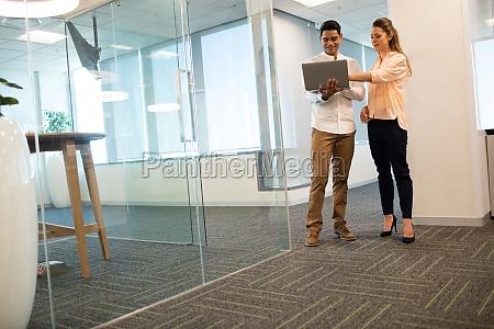 ueberzeugte geschaeftsleute die laptop im modernen