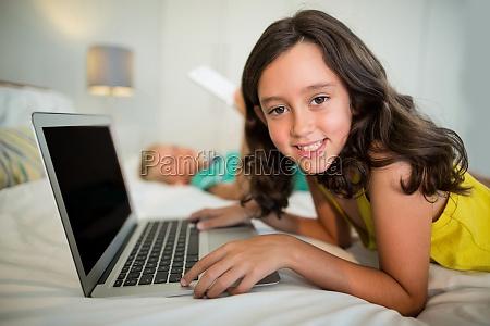 portraet des laechelnden maedchens das laptop