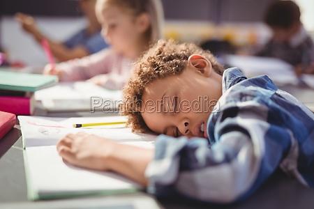 mueder schueler im klassenzimmer schlafen