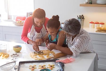 glueckliche multi generation familie vorbereitung lebkuchen