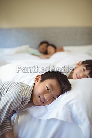 geschwister schlafen auf dem bett im