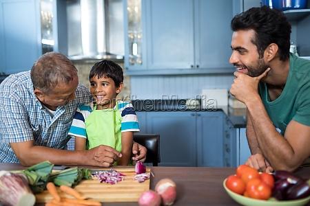 mann schaut gluecklichen jungen und grossvater