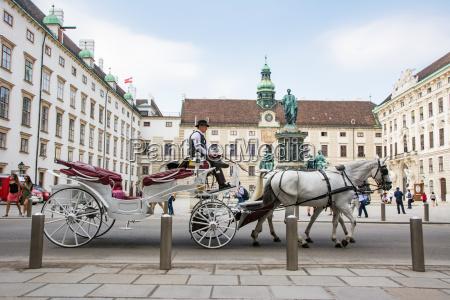 pferdekutsche in der kaiserlichen hofburg in