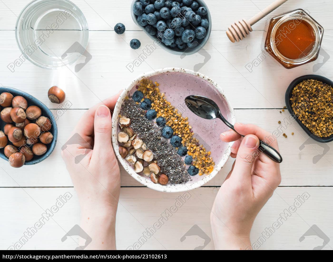 frühstücksschüssel, in, den, frauenhänden - 23102613