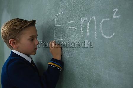 schoolboy schriftlich mathematik formel auf tafel