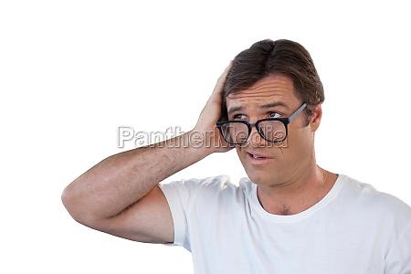 verwirrt reifer mann mit brille wegschauen