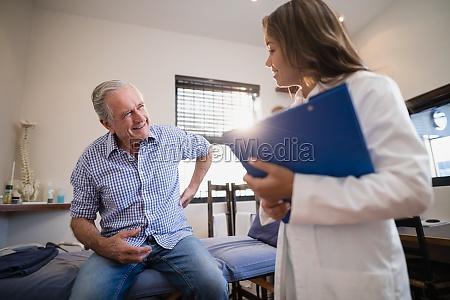 paciente mayor masculino mostrando dolor de