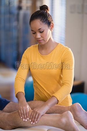 weiblicher therapeut der kalb des aelteren