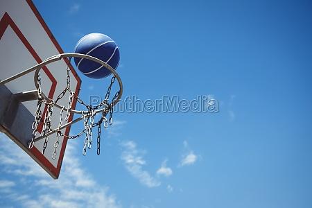 untersicht der blauen basketball im reifen