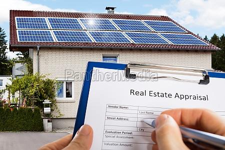hand der person die immobilien bewertungsdokument
