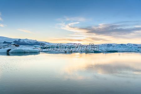 ansicht von eisbergen in der gletscherlagune