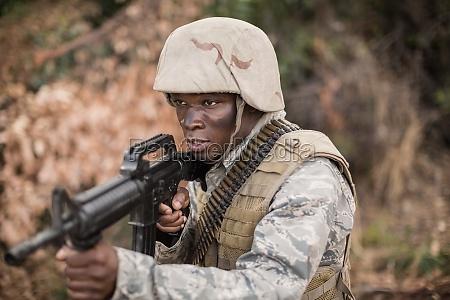 militaersoldaten bei UEbung mit waffe