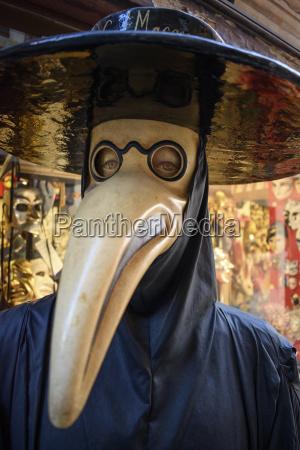 maskierter kostuemcharakter karneval in venedig mit