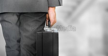 business person beine mit aktentasche gegen