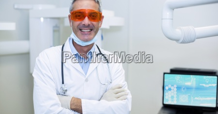 portraet laechelnden doktors in den schuetzenden