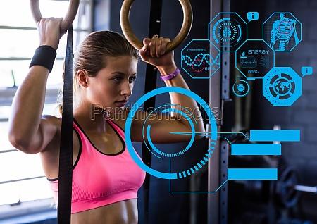 fit frau trainiert im fitnessstudio mit