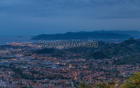 panoramablick auf marina di massa toskana