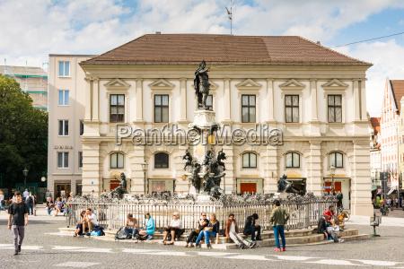 menschen am augustus brunnen in augsburg