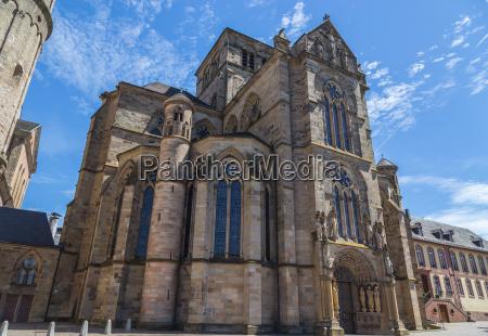 liebfrauenkirche in trier mit blauem himmel