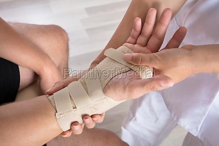 orthopaedie fixierpflaster auf der hand der