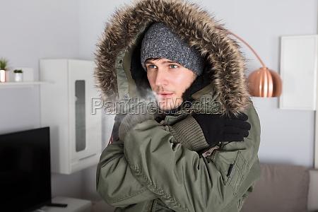 mann mit der warmen kleidung die