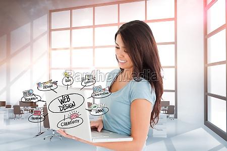 laechelndes geschaeftsfraunetz das auf laptop im