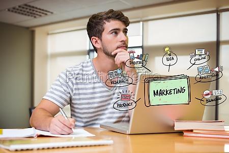 nachdenklicher geschaeftsmann mit laptop und marketinggrafik