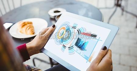 geerntetes bild der frau die tablet