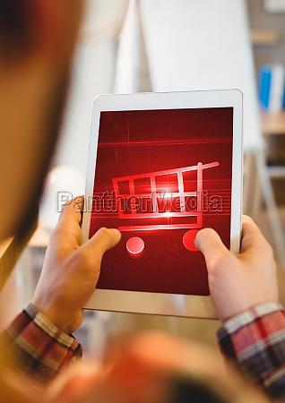 person mit tablet mit einkaufswagen symbol