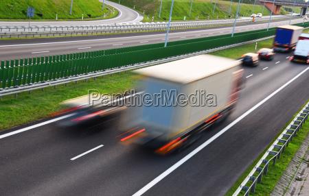 lkw auf vierspuriger kontrollierter autobahn in
