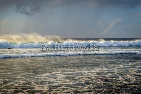 pazifischer ozean bei sonnenuntergang auf osterinsel