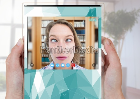 haende halten glas social video chat