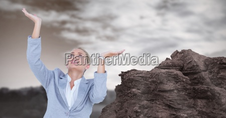 geschaeftsfrau mit den armen hob durch