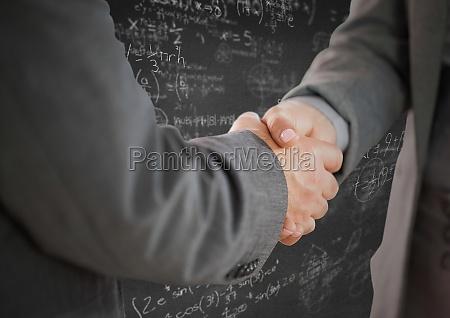 handshake gegen graue wand mit mathe