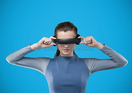 frau im kopfhoerer der virtuellen realitaet