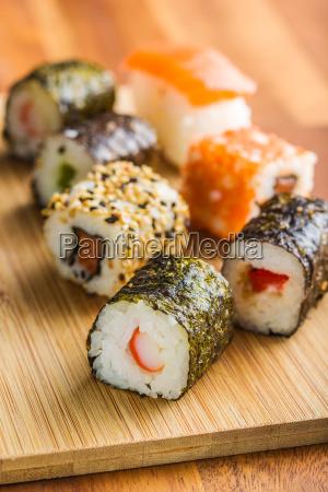 japanische sushi rollen