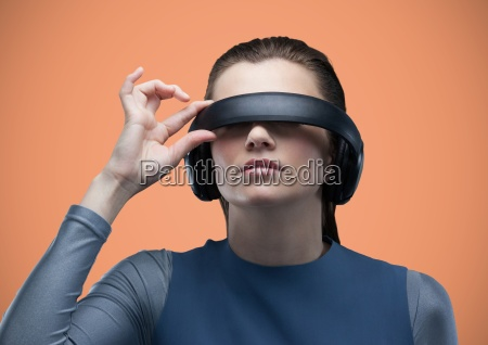 frau im virtual reality headset vor