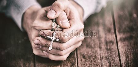 mann betet mit rosenkranz