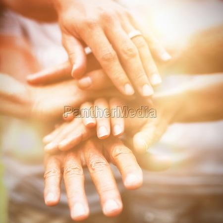 glueckliche freiwillige familie die ihre haende