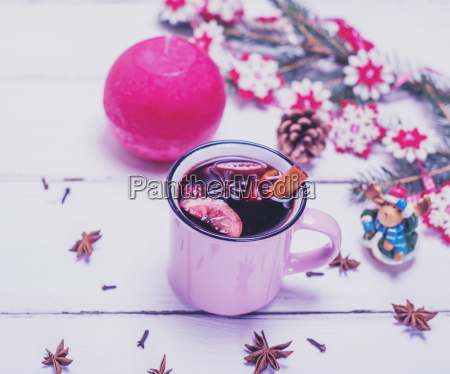 rosa tasse mit gluehwein