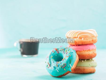 donuts und kaffee auf blauem hintergrund