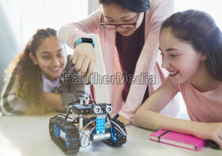 maedchenstudentendie robotik im klassenzimmer zusammenbauen
