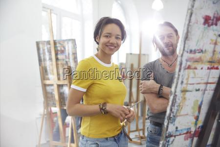 portraet laechelnde kuenstler malen an der