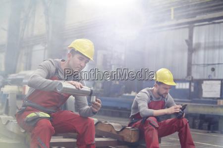 fabrikarbeiter die kaffeepause nehmen