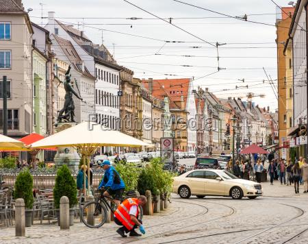 menschen im historischen zentrum von augsburg