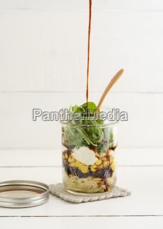 glas vegetarischer gemischter salat mit kritharaki